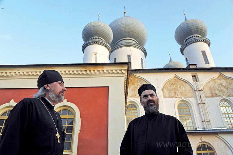 Эконом монастыря иеромонах Александр (Зайцев) и благочинный иеродиакон Гамалиил (Зильберфайн) отвечают за оперативное управление обителью