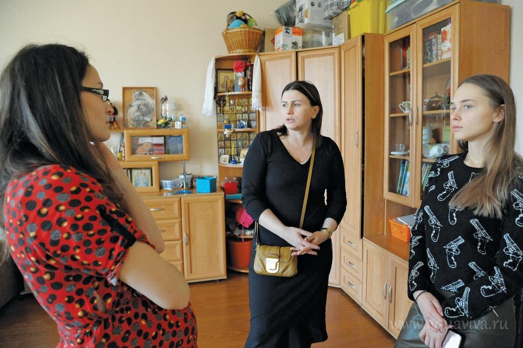 Директор приюта Наталья Кириллова (в центре) отвечает за спонсорскую помощь и подбор волонтеров