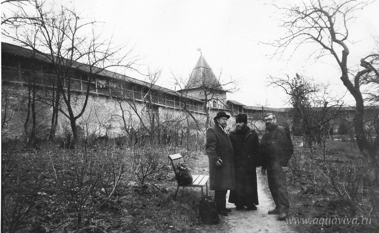 В Псково-Печерском монастыре, Великий пост 1992 года. График Юрий Люкшин, иеродиакон Ефрем из Палеха и Вик приехали к архимандриту Зинону
