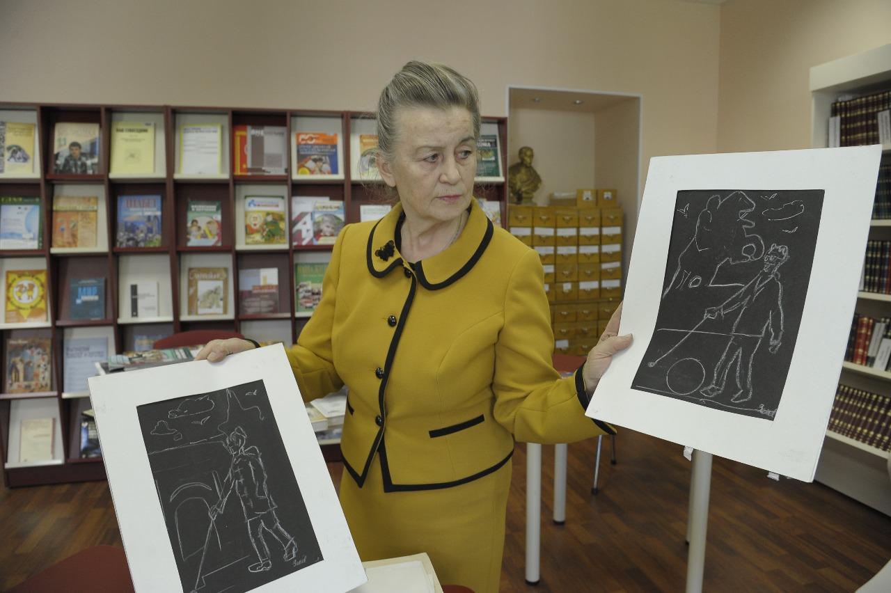 Любовь Высоцкая демонстрирует графические работы слепого художника и скульптора Олега Зиновьева, созданные им во время одного из мастер-классов