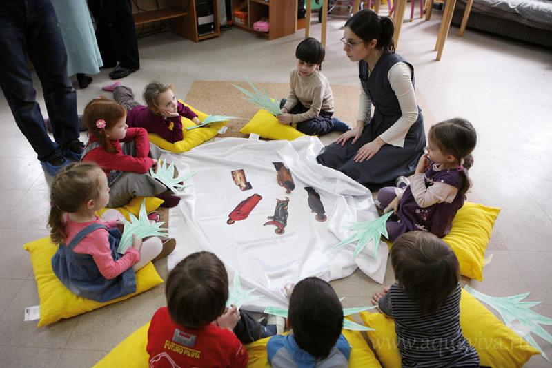 В программе семейной воскресной школы, которую придумали протоиерей Константин и матушка Елизавета Пархоменко — цикл ярких занятий для дошкольников, дающий в игровой форме начальные знания о вере.