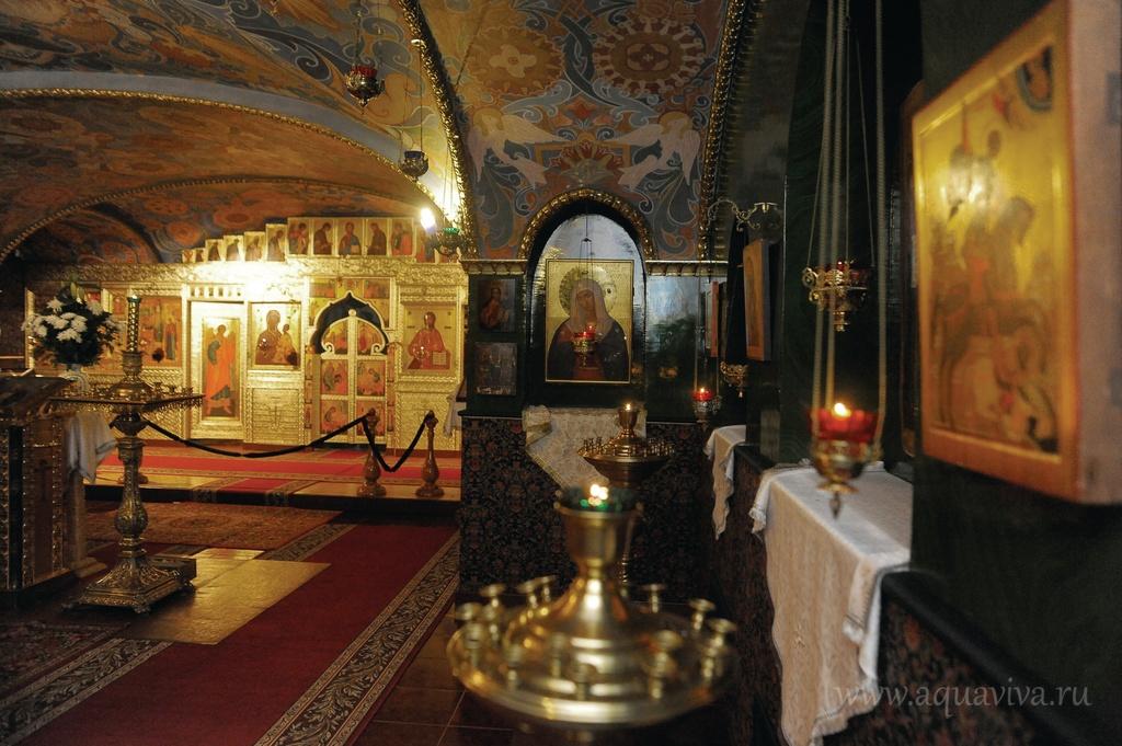 Фотографий прежнего пещерного храма преподобного Серафима Саровского практически не сохранилось. Его воссоздавали заново
