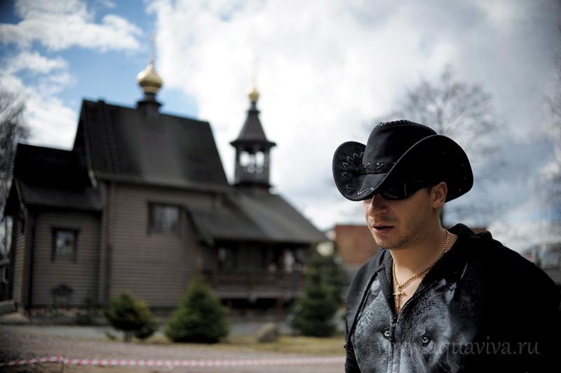 Вне храма алтарник Антон Слон — рок-музыкант, вокалист группы «Лунный Пёс»