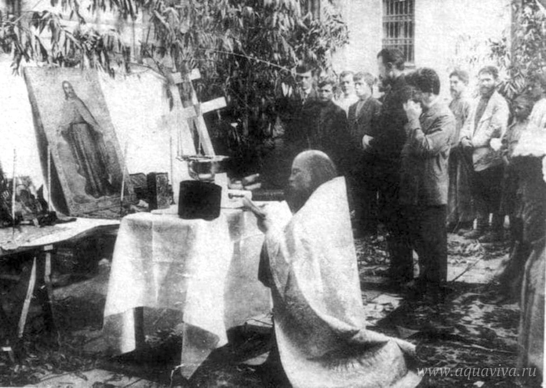 Отец Алексий служит молебен при закладке дома причта. 1913 год
