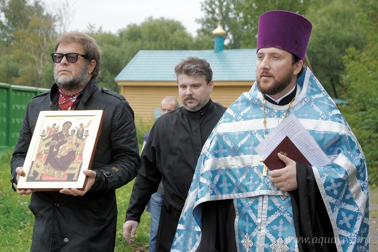 В 2012 году лидер группы «Аквариум» Борис Гребенщиков передал в дар строящемуся храму икону Божией Матери «Пантанасса» («Всецарица»), написанную на Афоне специально для прихода