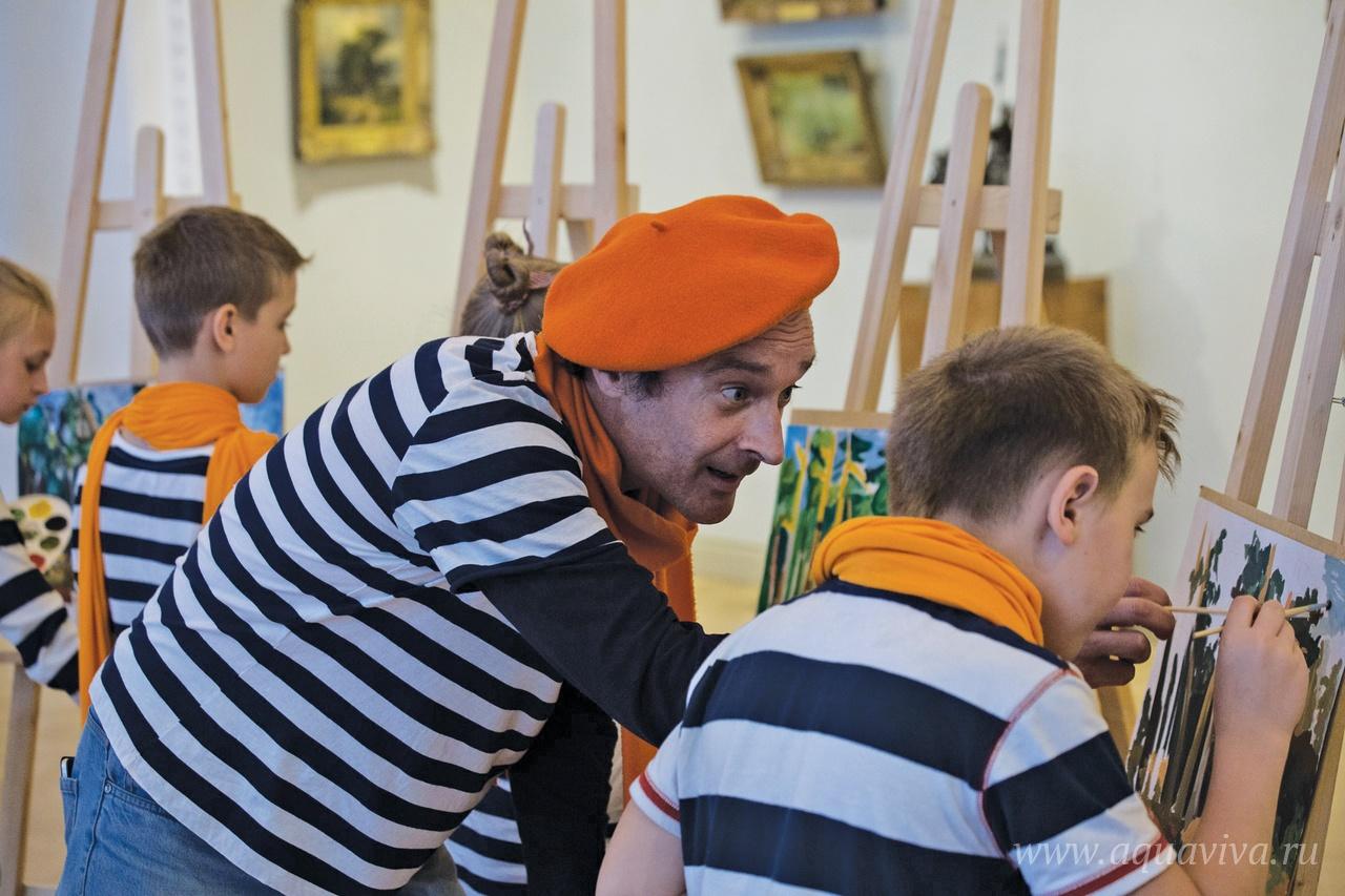 Для съемки клипа в Русском музее пришлось учиться рисовать