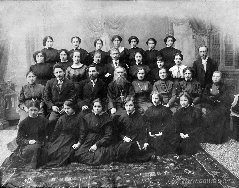 Преподаватели и ученицы Тихвинской женской гимназии, в центре — протоиерей Николай