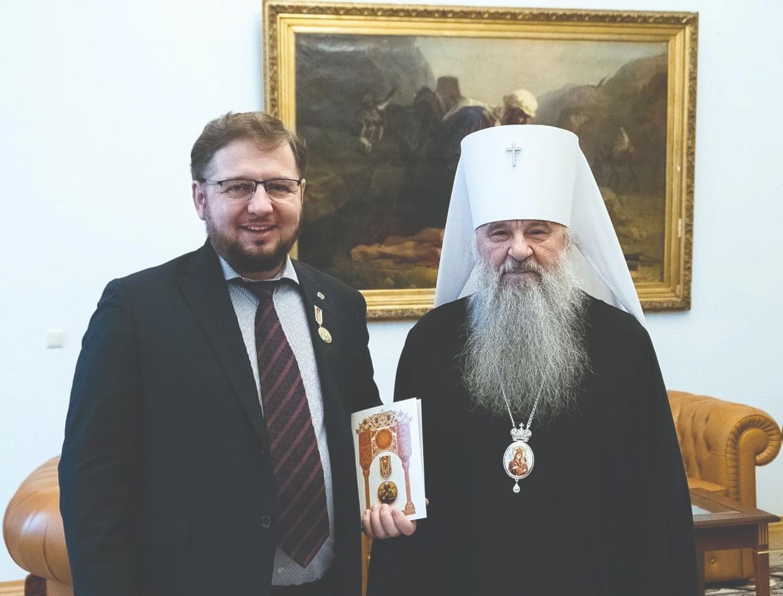 Митрополит Варсонофий наградил Михаила Артеева медалью святого апостола Петра. 28 февраля 2020 года