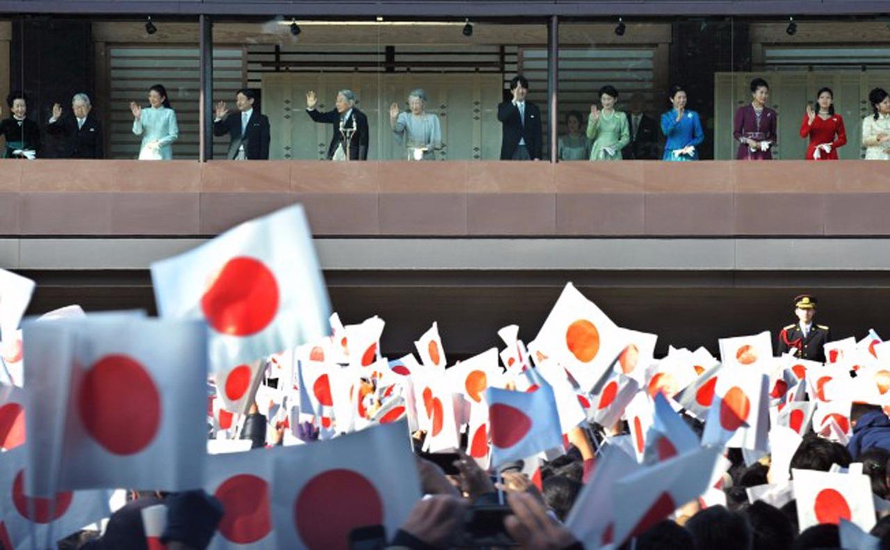 2 января император поздравляет с Новым годом подданных, собравшихся на площадь со всей страны