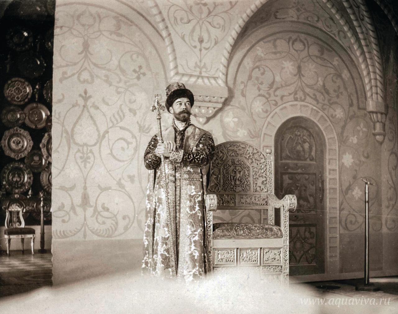Николай II в костюме царя Алексея Михайловича во время знаменитого костюмированного бала в Зимнем дворце 11 и 13 февраля 1903 года. На этом балу вся знать Российской империи присутствовала в костюмах допетровского времени.