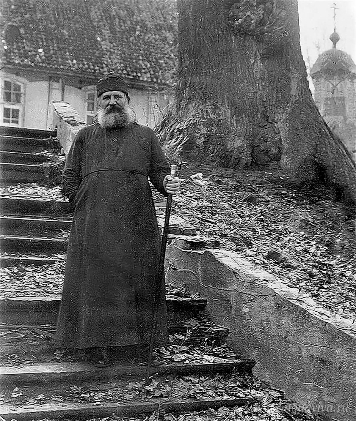 Архиепископ Рижский и всея Латвии, священномученик Иоанн (Поммер) (1876–1934) на своей даче Эйхенберг (Озолкалнс), под Ригой