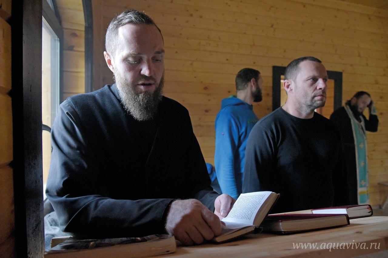 Воспитанники реабилитационного центра помогают священнику за богослужением
