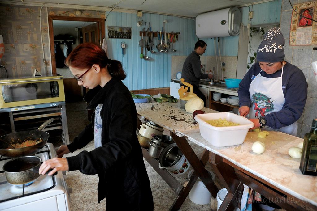 В скиту, не считая монахинь, проживают только две женщины, неся послушание на кухне