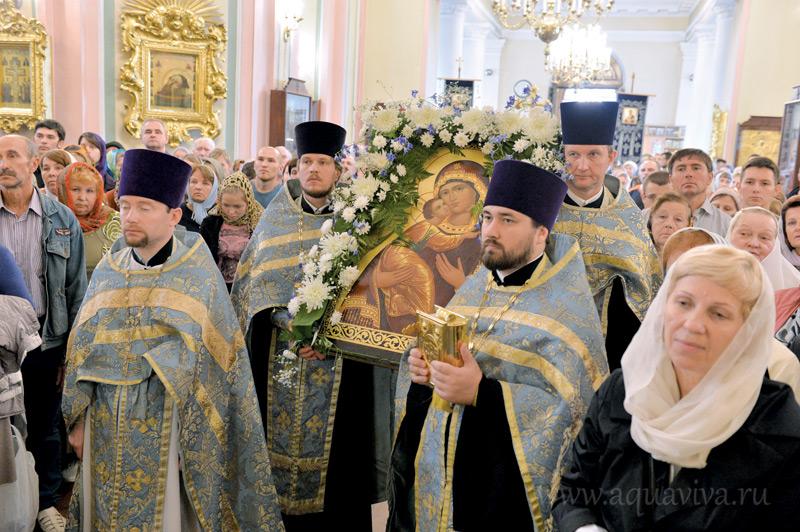 Справа - иерей Александр Гутник специализируется на просветительской работе
