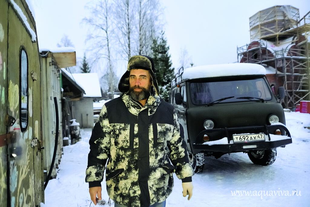 Протодиакон Евгений Харламов проводит с подопечными центра времени больше других, ведь живет он здесь же, в небольшом доме рядом с жилым корпусом