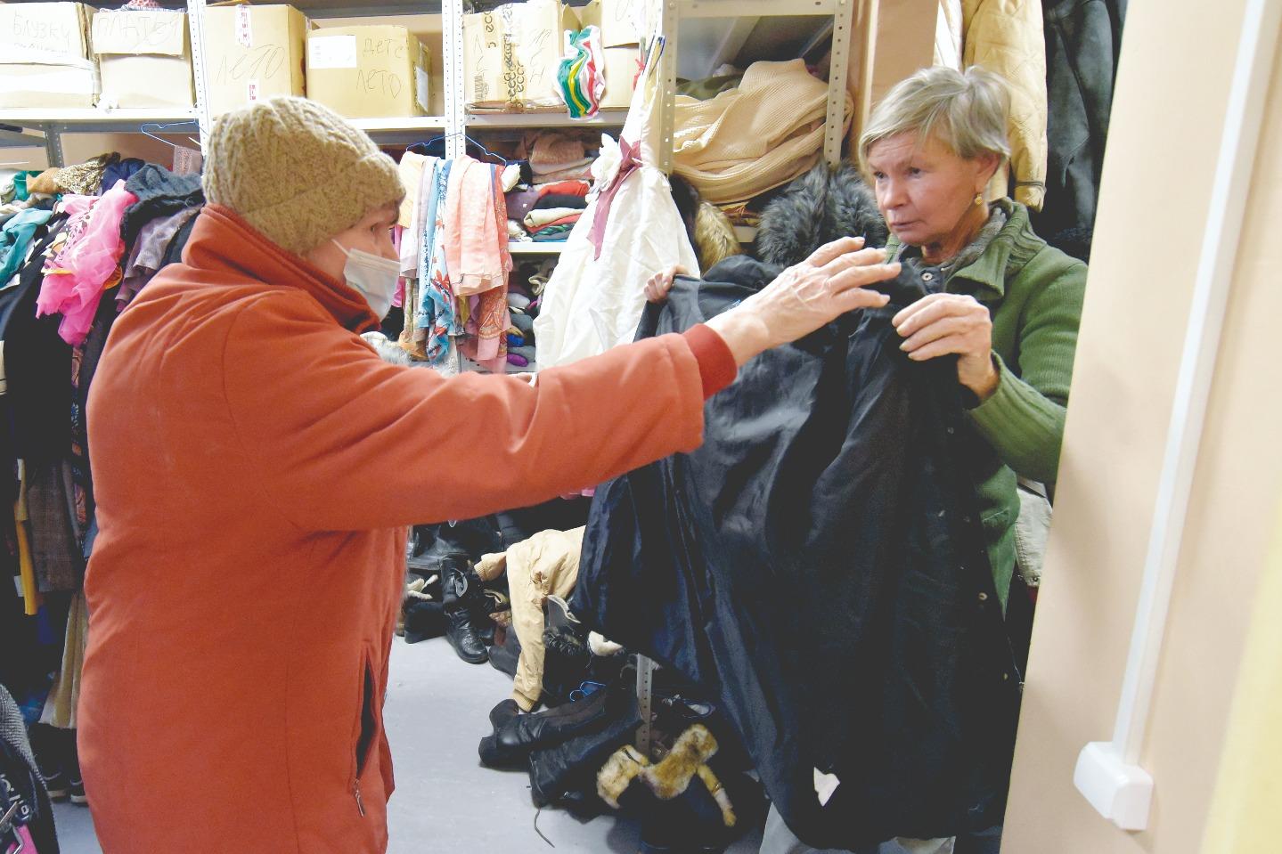 Найти нужную вещь посетителям центра помогают волонтеры