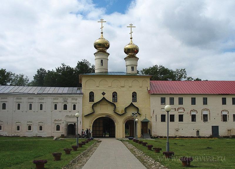 Надвратная церковь Вознесения Господня тоже родом из XVI века (она детище блаженного государя Феодора Иоанновича), тоже восстановлена, но не полностью в первозданном виде.