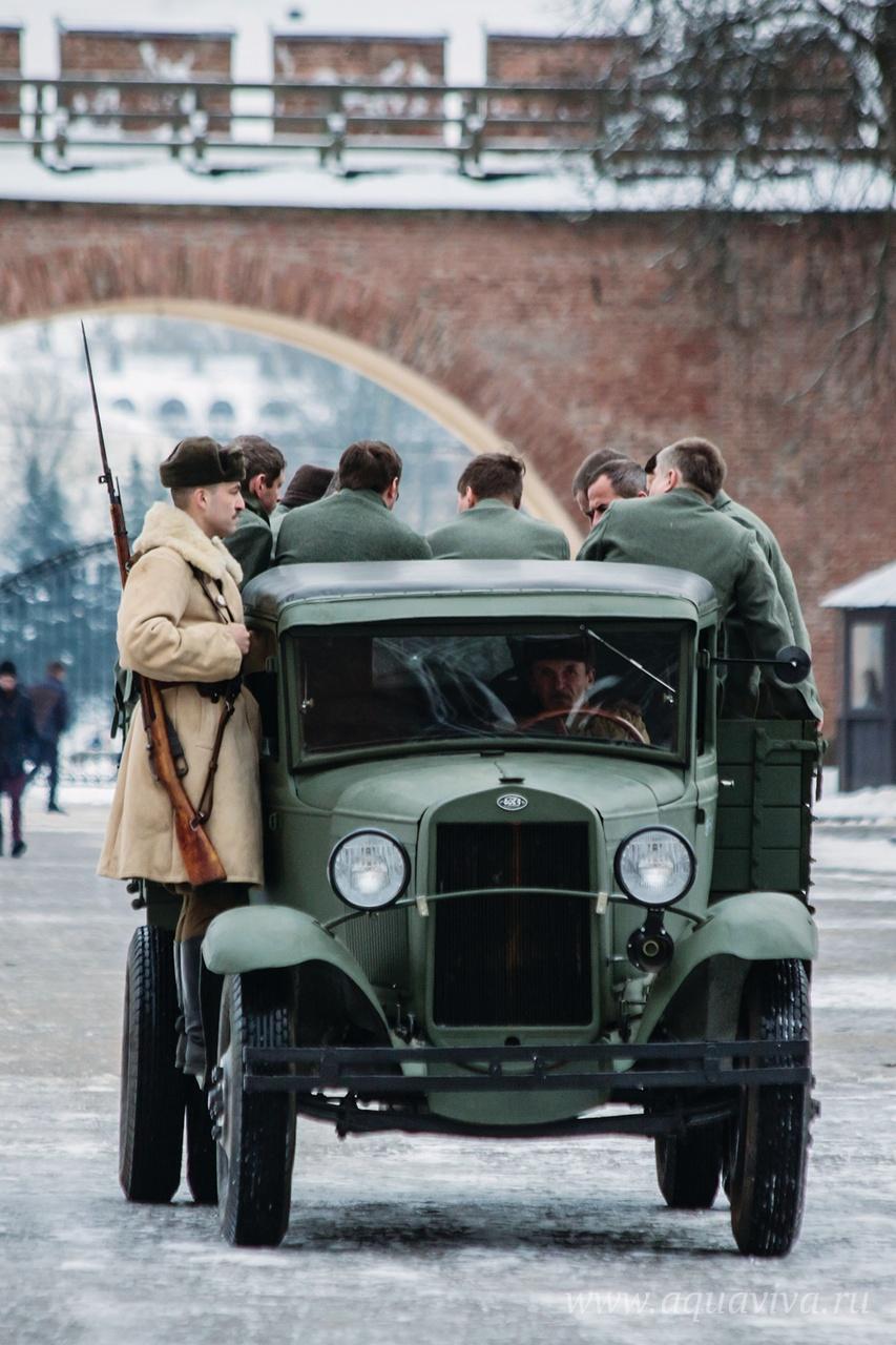 Подсудимых конвоируют в зал суда на фронтовом грузовике ГАЗ-ММ («полуторка») (реконструкция). Эта полуторка, ушедшая под лёд во время боев за освобождение Новгорода в январе 1944 года, была обнаружена подводными археологами, поднята и восстановлена в 2013 году