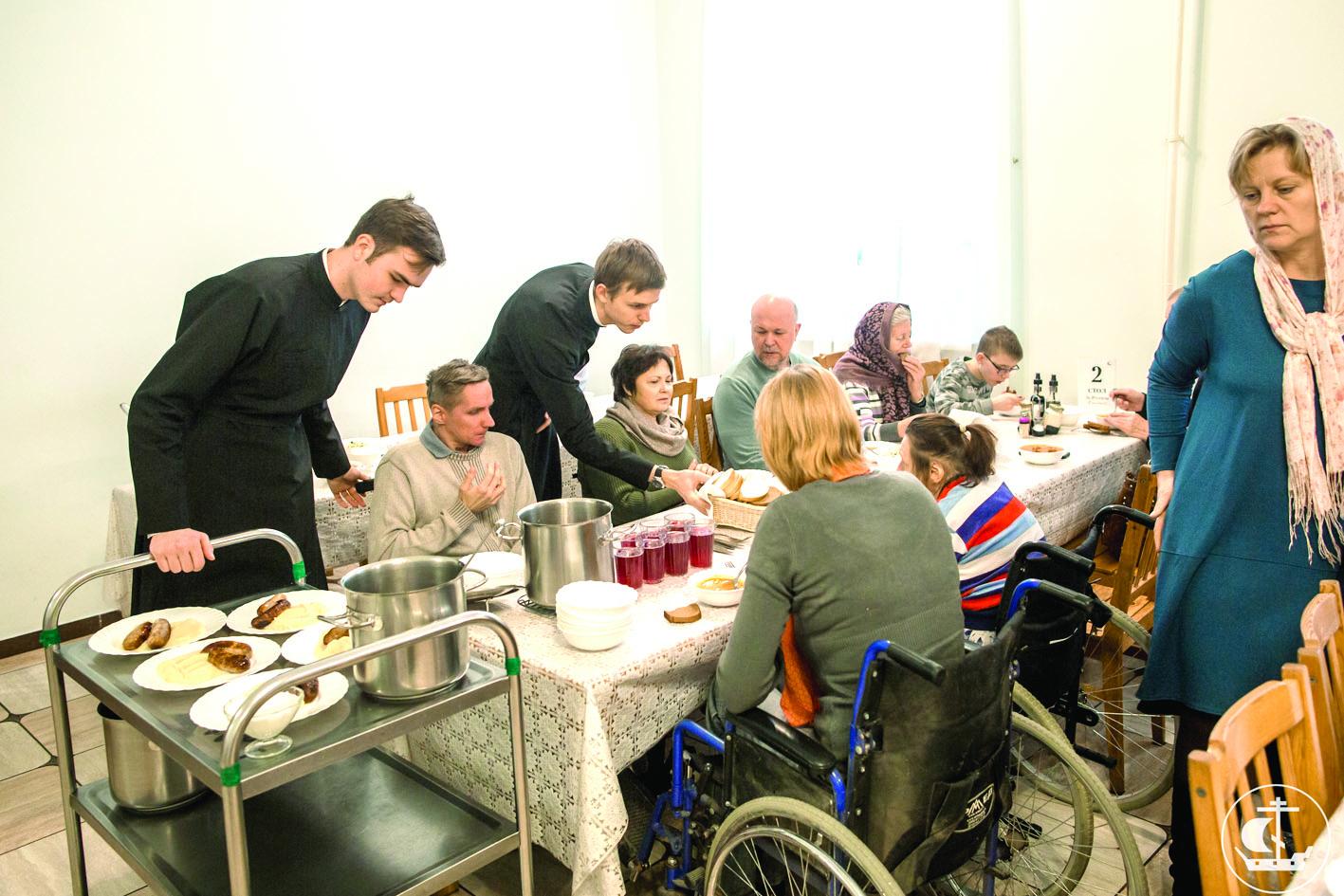 Инвалиды-колясочники из братства Пресвятой Богородицы после воскресного богослужения