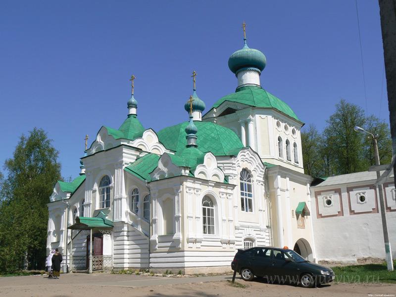 В 1669 году на том месте, где пребывала Тихвинская икона до постройки Успенского собора, была возведена Надвратная башня. Фреска с изображением Богородицы на фасаде башни, к которой вела лесенка в 24 ступени (отсюда название «Крылечко») послужила к исцелению мещанина А. А. Боровского. В память об этом исцелении к башне была пристроена церковь Тихвинской иконы Божией Матери «Крылечко», так что икона оказалась внутри алтаря. Храм был возвращен Церкви в 1944 году и еще в советские годы стал местом паломничества: многие приезжали сюда крестить или венчаться.