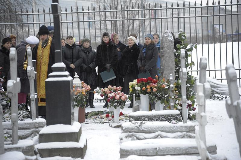 Хор «Астрон» и его регент Ирина Прусакова (в центре с папкой в руках) у могилы отца Елеазара. Панихиду служит отец Михаил Кудрявцев