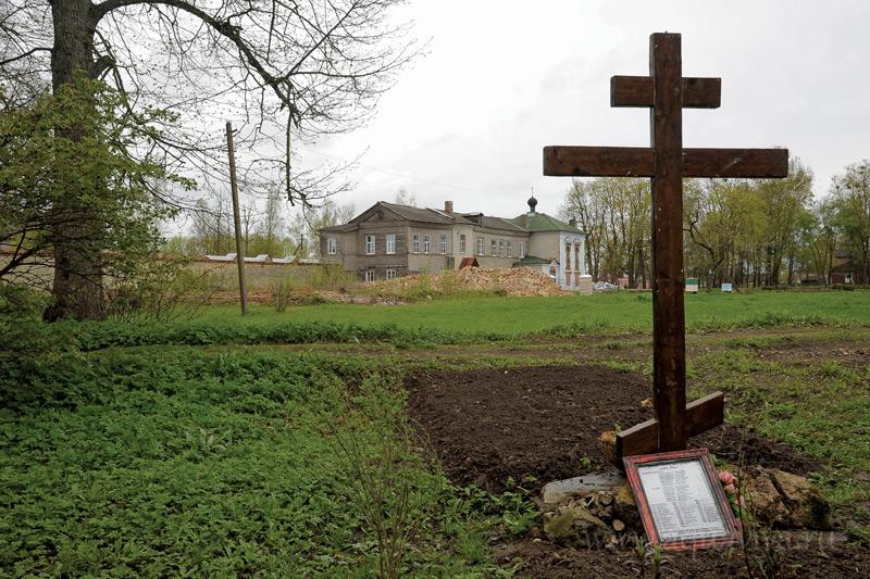 а месте уничтоженного в советское время монастырского кладбища установлен памятный крест с именами всех погребенных здесь сестер.