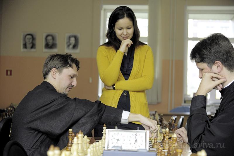 Отец Димитрий Дмитриев (слева) мог сделать шахматную карьеру, но выбрал служение священника.