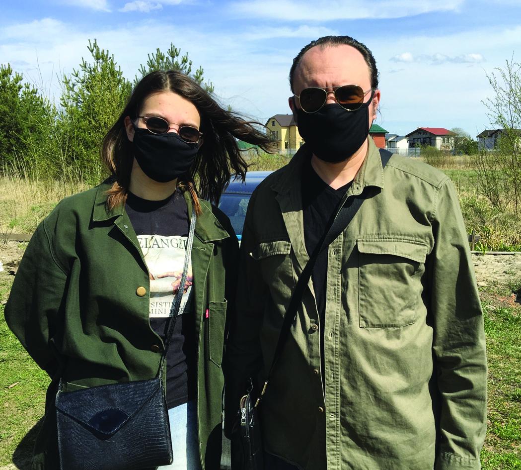 А в магазин священник Максим Плетнев и его супруга отправляются, по всем правилам, в масках