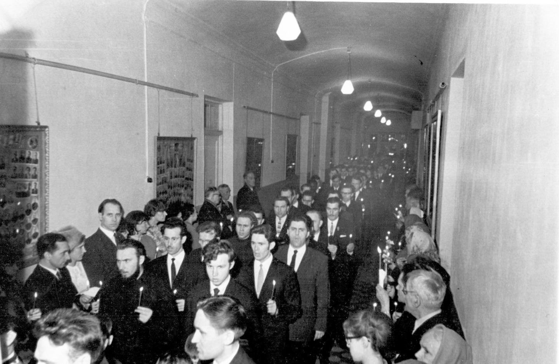 Крестный ход в СПбДА на Пасху. 1966 год. На фото справа: Михаил Ващенко, Владимир Гундяев, Владимир Удовенко,
