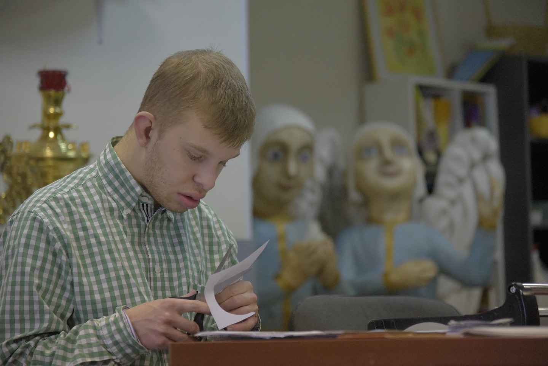 Главное занятие Ивана в типографии - вырезать для свечей круглые диски из бумаги, защищающие руки от капающего воска