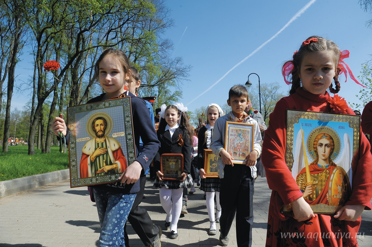 В День Победы воспитанники воскресной школы после крестного хода поздравляют ветеранов