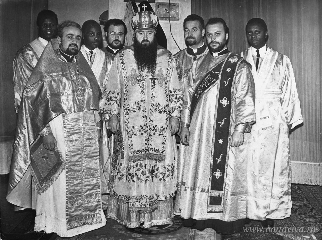 Митрополит Никодим с группой иностранных студентов Ленинградских духовных школ. 1960-е годы