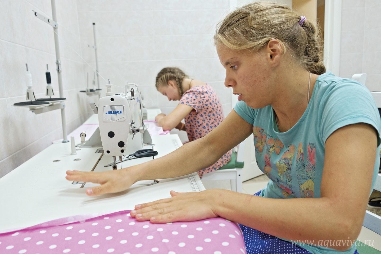 Не все способны самостоятельно раскроить ткань, но сшивать между собой уже подготовленные материалы дети могут запросто