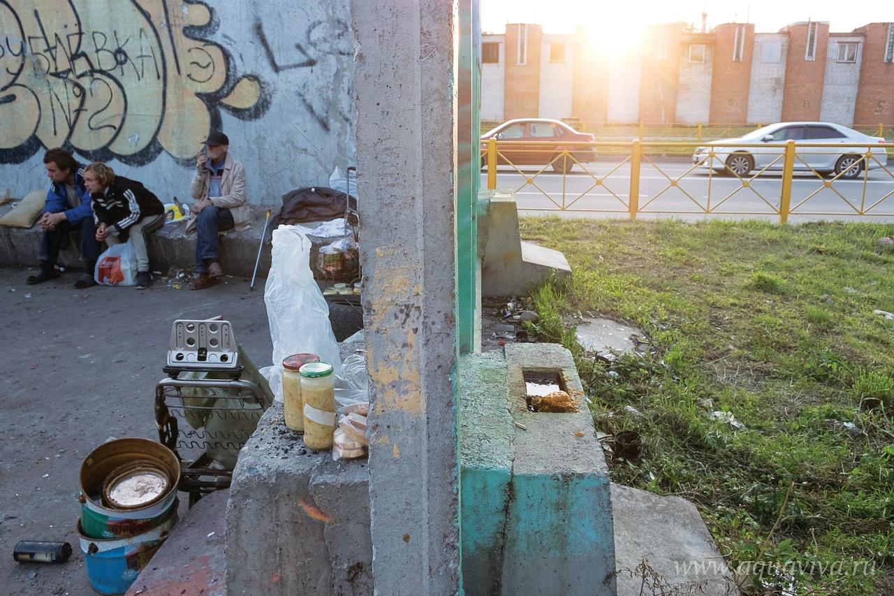 Эту площадку с мусорными баками на окраине города в народе называют Рублёвкой