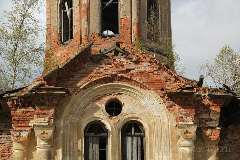 Самыми разрушительными для здания Введенской церкви в Хотово оказались последние 25 лет — время, уже не омраченное гонениями на Церковь со стороны государства