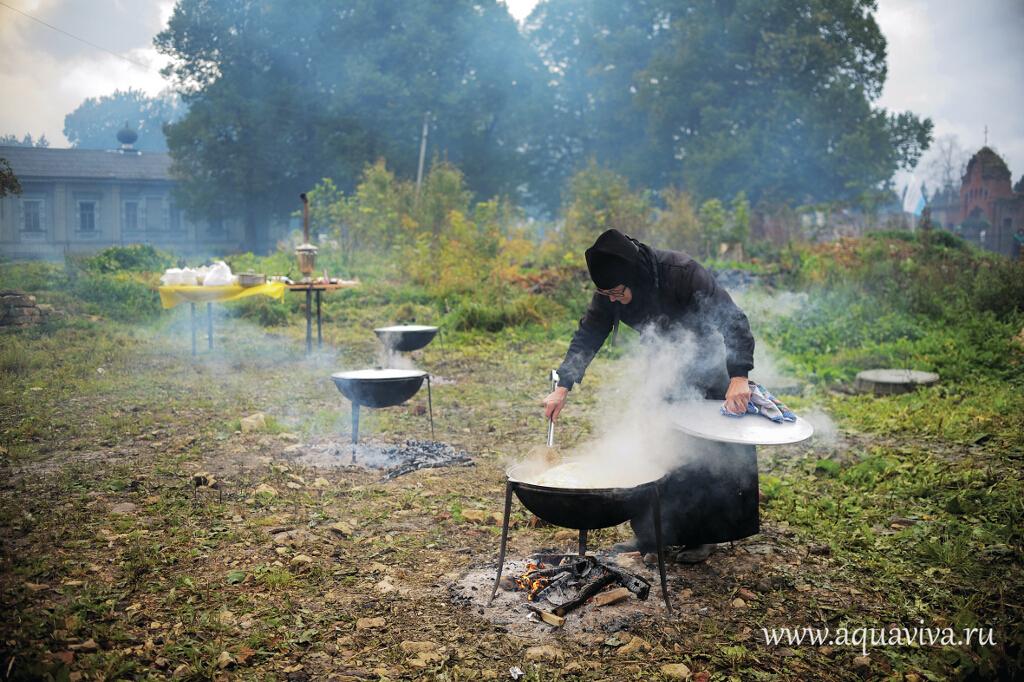 Монахиня Феофания (Сметанина) за приготовлением общего обеда