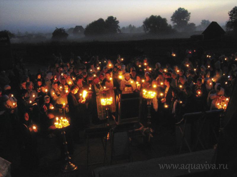 Вот уже 15 лет по инициативе петербуржцев на месте затопленного монастыря проходят Леушинские стояния