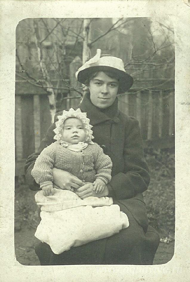 Мария Философовна с сыном. Начало 1920-х годов