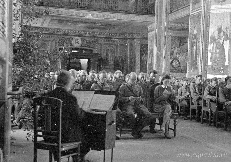 Лютеранское богослужение для военных Валаамского гарнизона проводит армейский пастор Л. Маасола. 1 сентября 1944 года