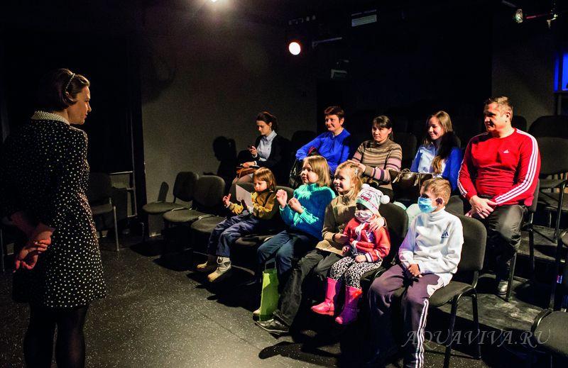 После спектакля актеры выходит из закулисья, чтобы пообщаться со зрителями