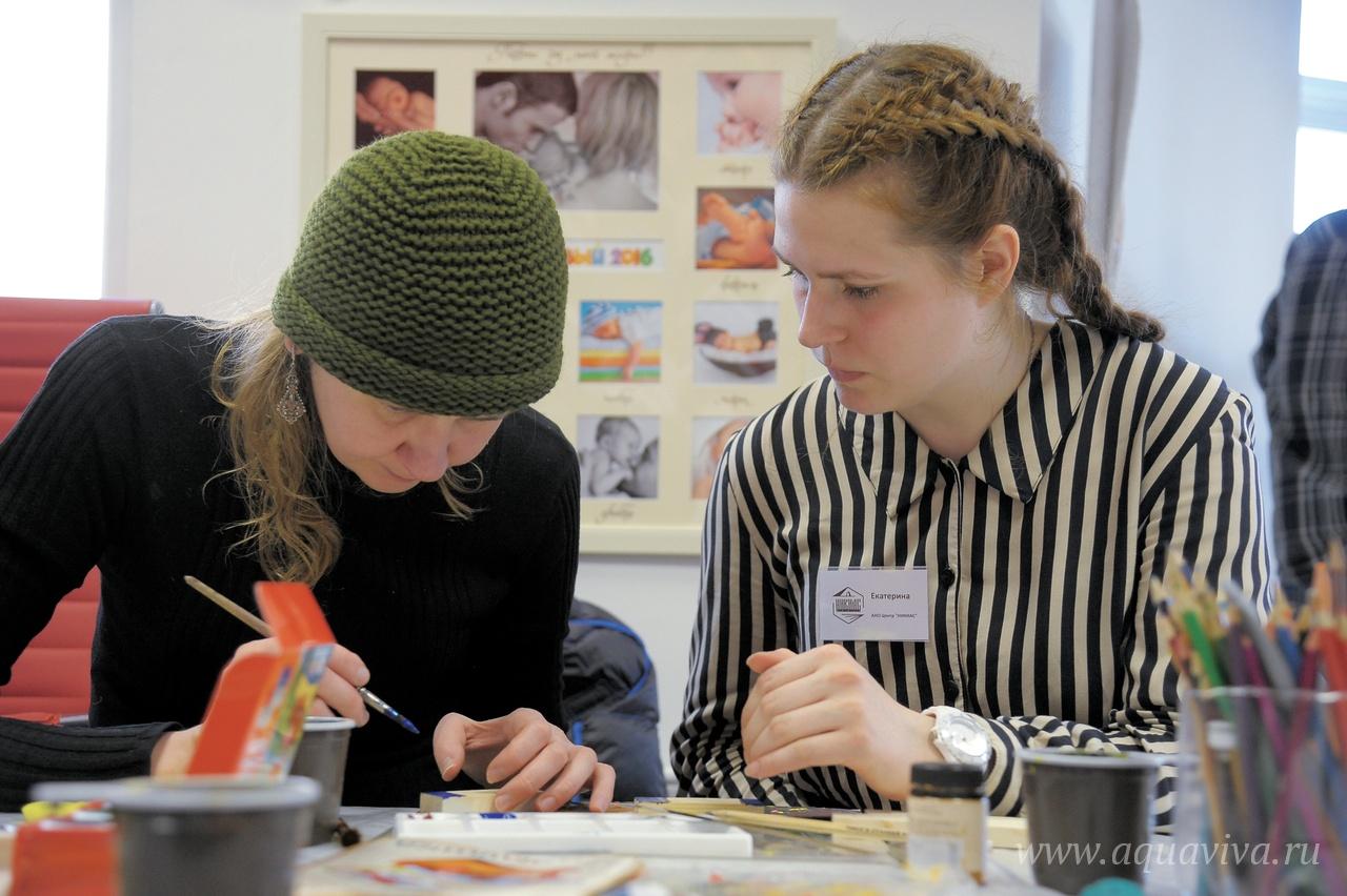 Волонтер Екатерина Логанова (справа) учится в Художественной академии имени Штиглица, за собой в «Никиас» она привела и подругу Лиду