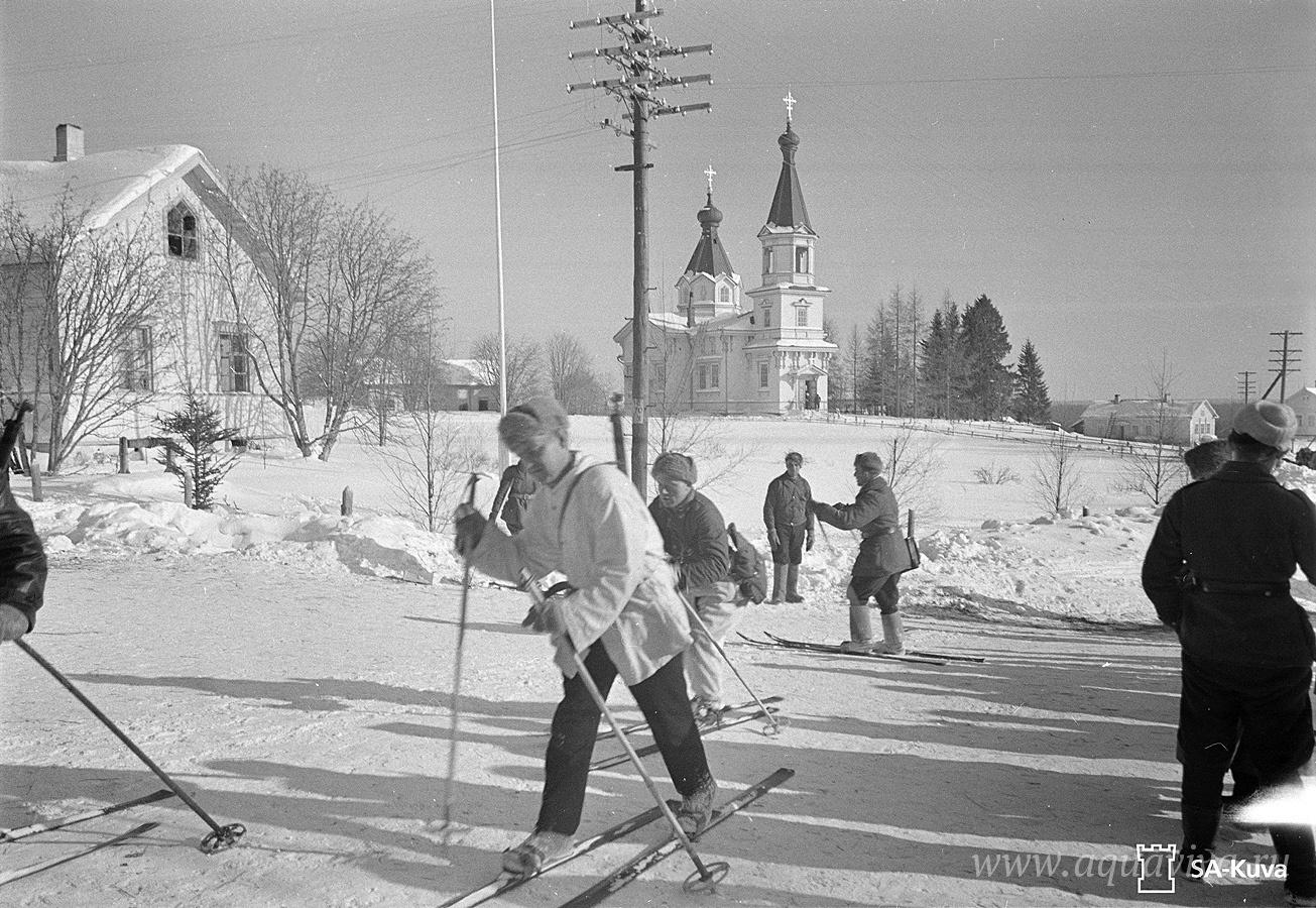 Финские лыжники в Корписельке (Суоярвский район Республики Карелия). На заднем плане — Никольский храм конца XVIII века. 17 марта 1940 года