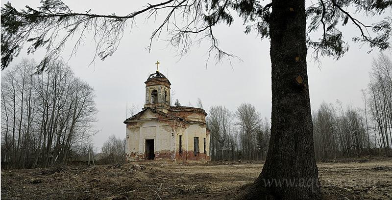 На знаменитой «Дороге жизни», в деревне Верола, ветер гуляет в руинах храма святого Николая Чудотворца