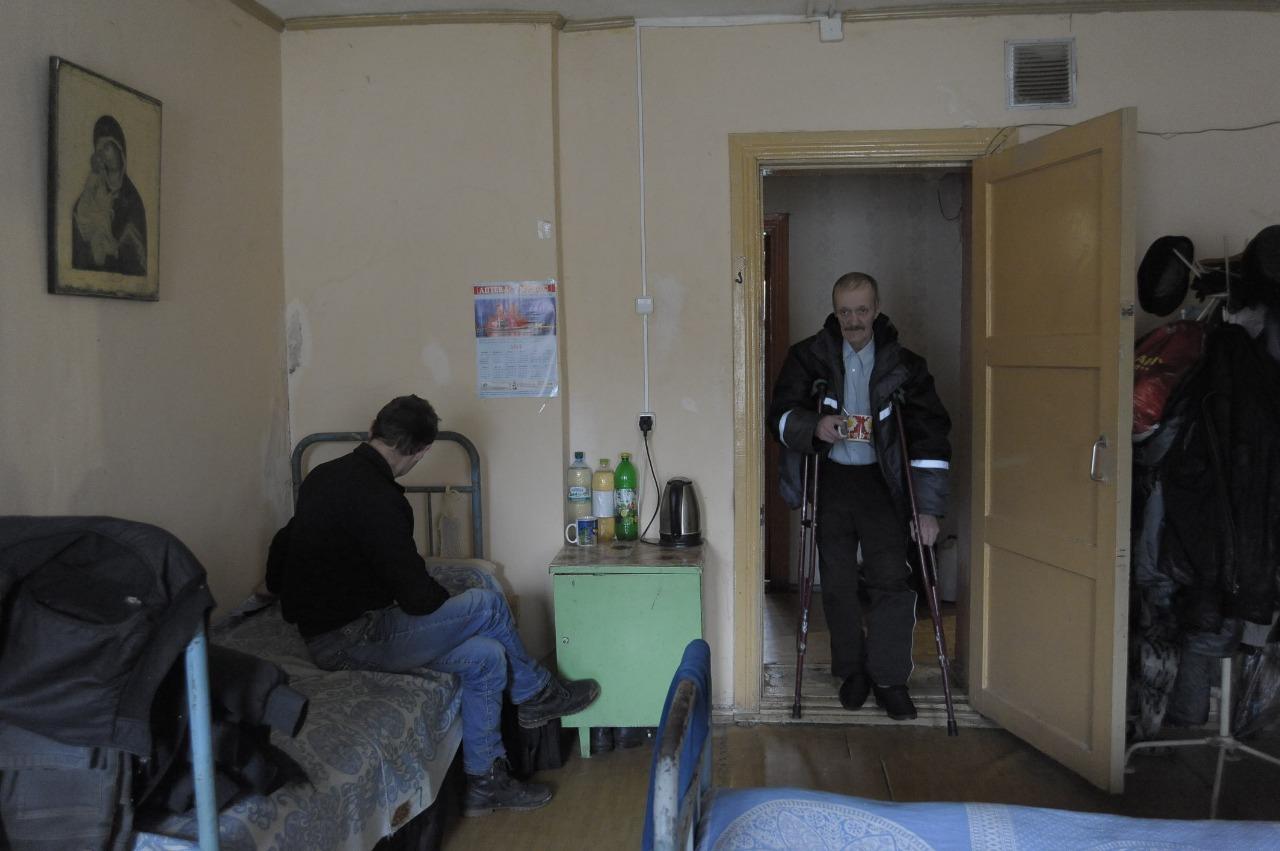 В мужской спальне: койка и тумбочка - вот личное пространство обитателей приюта