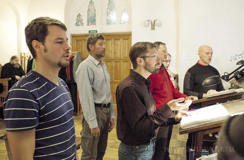 «Тут поется очень хорошо», - говорит регент клиросного хора подворья Михаил Рузанов (в центре)