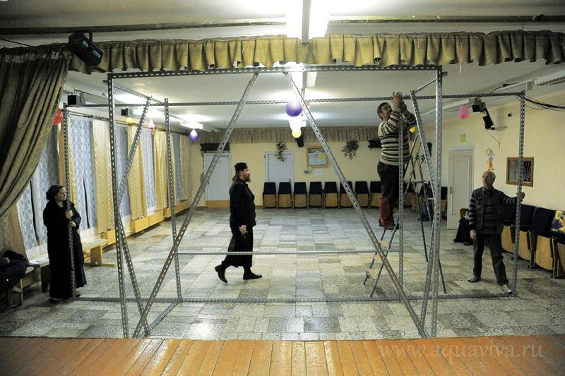 Для репетиции в местном ДК была смонтирована сцена