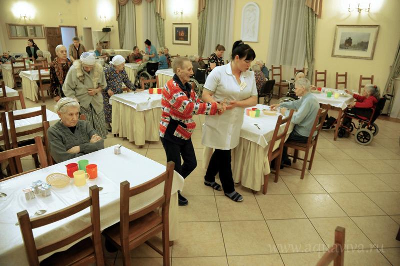 Трижды в день пациенты центра, способные передвигаться, посещают столовую