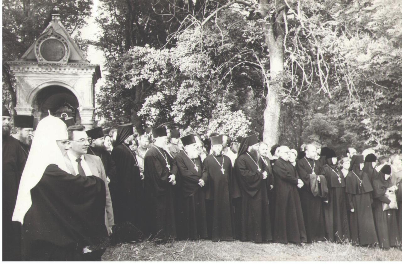 Во время визита в Пюхтицкий монастырь. Начало 1990-х