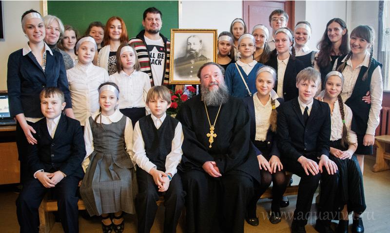 Праправнук Аникиты Полотнова скульптор Андрей Молчановский (верхний ряд, в центре) подарил приходу портрет своего предка