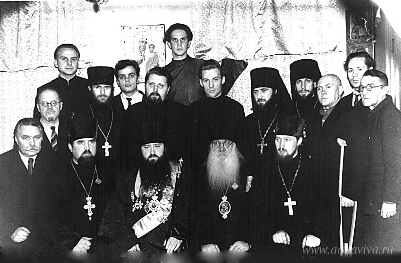 Архиепископ Ярославский и Ростовский Никодим, епископ Угличский Кассиан (Ярославский) и сотрудники Ярославского епархиального управления. 1963 год